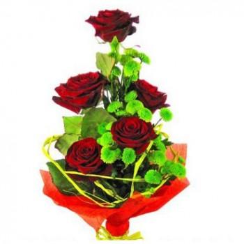 Букет из бордовых роз и зеленой хризантемы