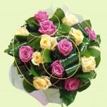 Букет № 6 из роз и декоративной зелени