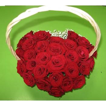 сердце из роз в корзинке